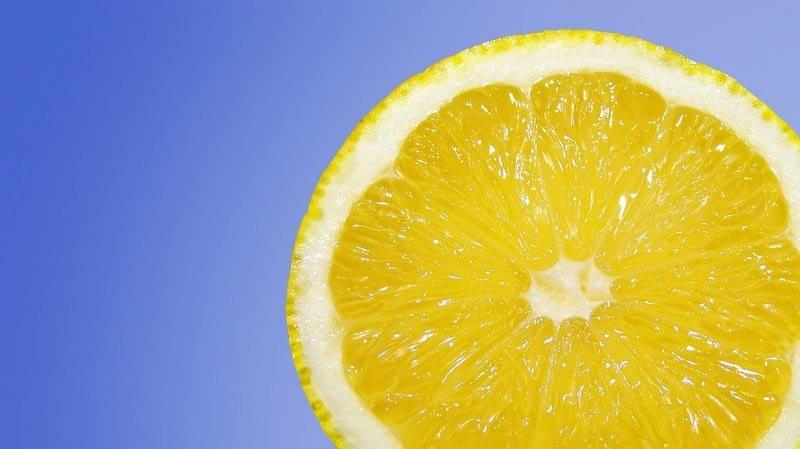Zitronenwasser am Morgen hilft der Leber beim Entgiften